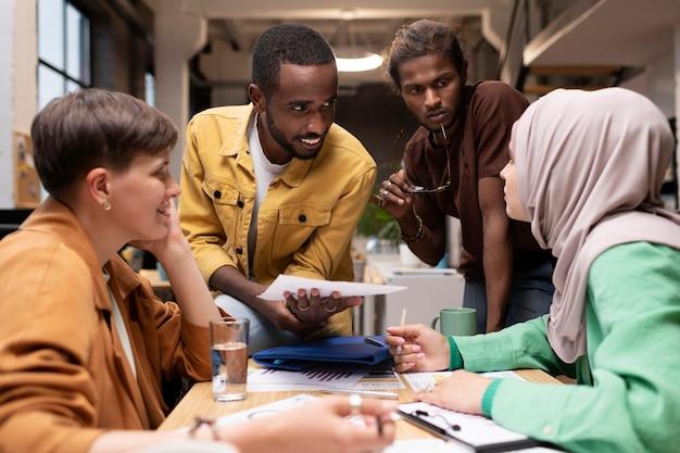 Коллеги среднего кадра обсуждают за столом