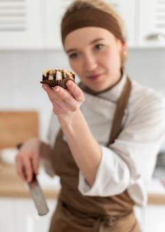 Biscotto della holding del cuoco del colpo medio