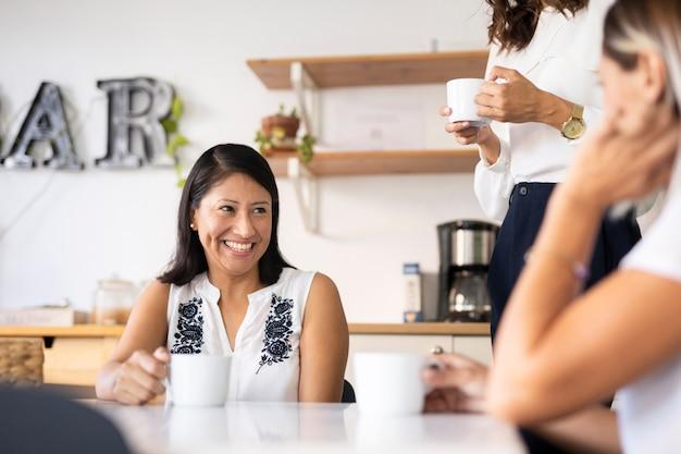 Средний выстрел корпоративная женщина улыбается
