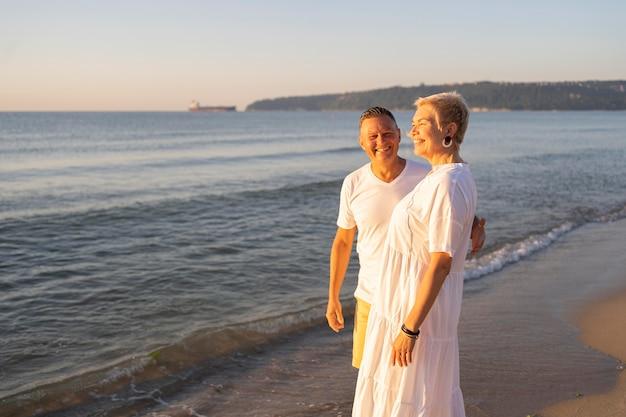 Пара среднего кадра на пляже