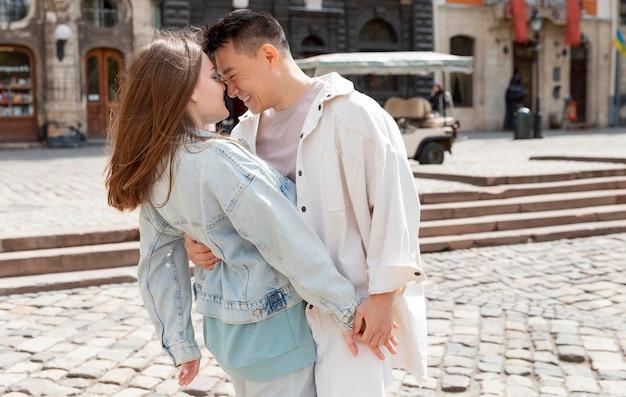 ロマンチックなミディアムショットのカップル