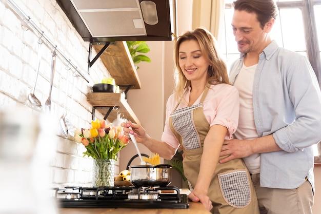 一緒に料理するミディアムショットのカップル