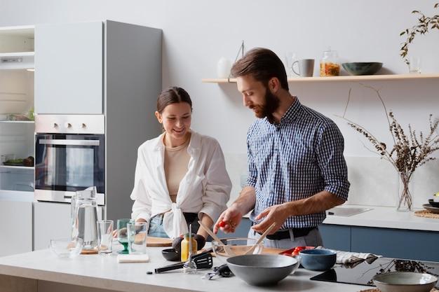 Пара среднего кадра готовит
