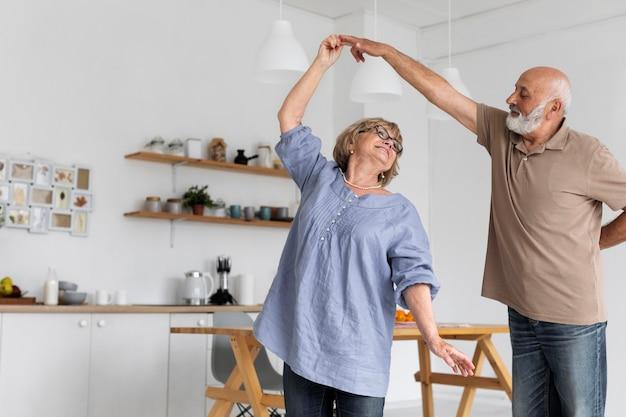 Пара среднего кадра танцует вместе