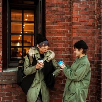 Пара среднего выстрела, держащая кофейные чашки