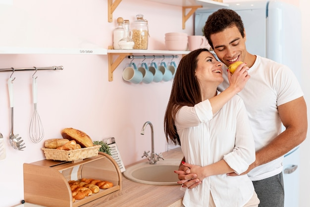 Средний выстрел пара, держась за руки на кухне