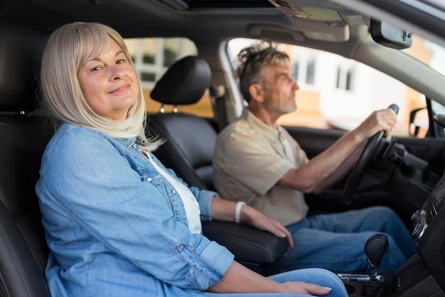 車の中でミディアムショットのカップル