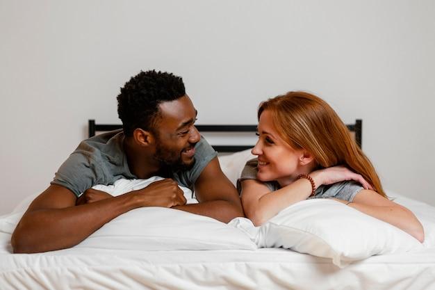 Пара среднего выстрела, лежа в постели