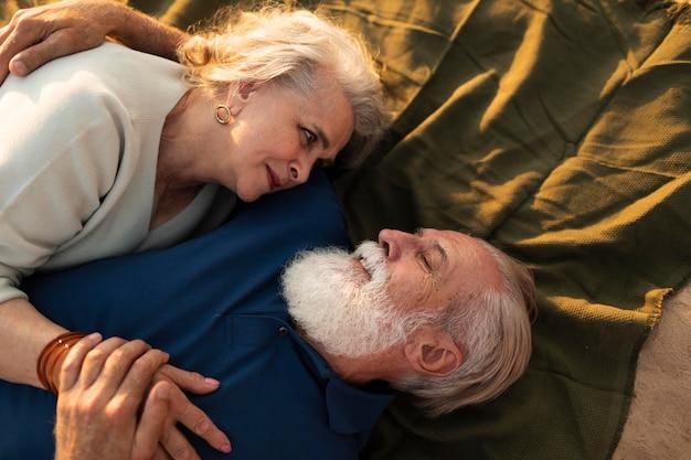 Пара среднего выстрела, лежа на ткани Бесплатные Фотографии