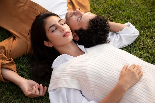 Пара среднего выстрела, лежа на траве