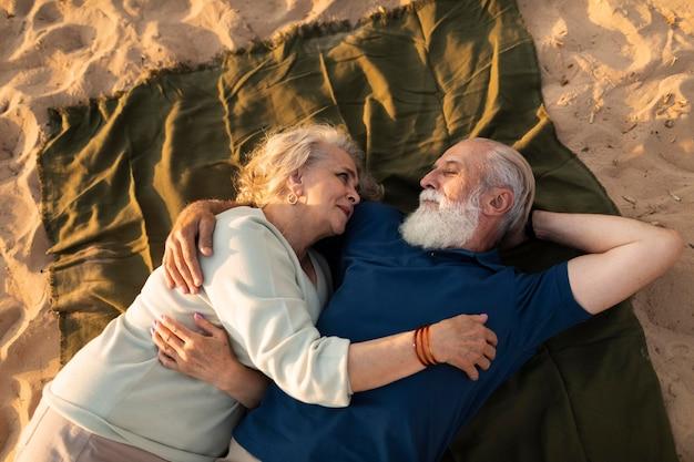 一緒に横たわっているミディアムショットのカップル