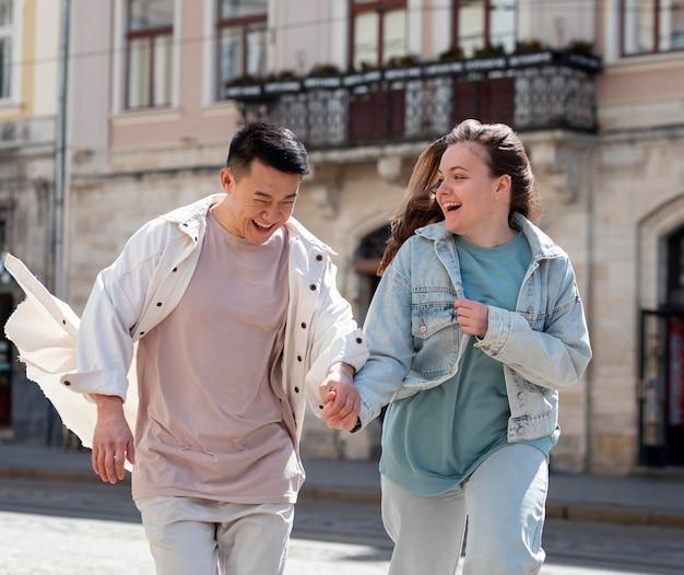 屋外でのミディアムショットのカップルのライフスタイル