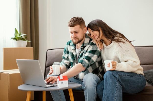 노트북을보고 중간 샷된 커플