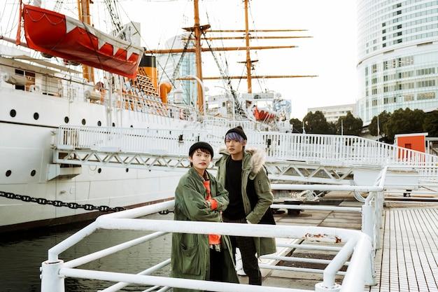 Пара среднего кадра возле лодки