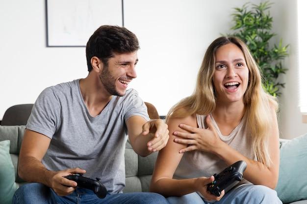 ゲームをしているミディアムショットのカップル