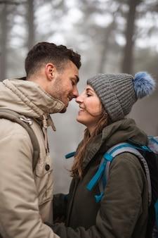Colpo medio coppia pronta a baciare