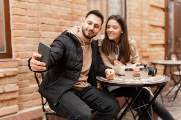 テーブルに座っているミディアムショットのカップル