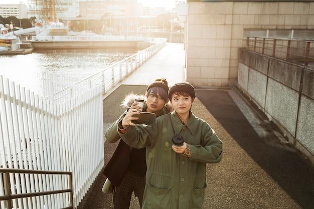 Coppia di tiro medio prendendo selfie