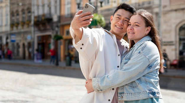 自撮り写真を撮るミディアムショットのカップル