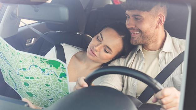 Пара среднего кадра, путешествующая вместе