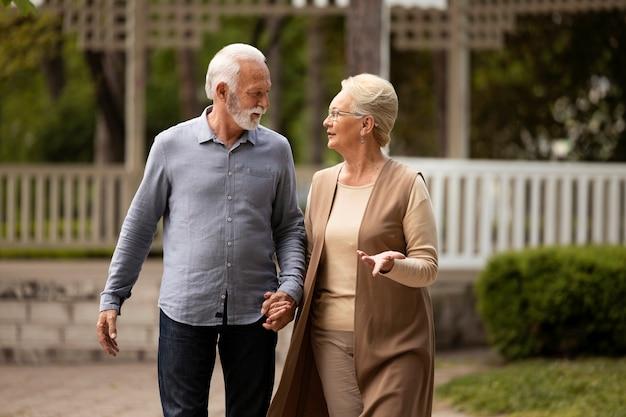 一緒に歩くミディアムショットのカップル 無料写真