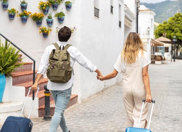手荷物とミディアムショットのカップル