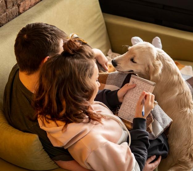 かわいい犬とミディアムショットのカップル