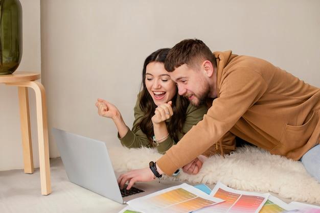 ノートパソコンとミディアムショットのカップル