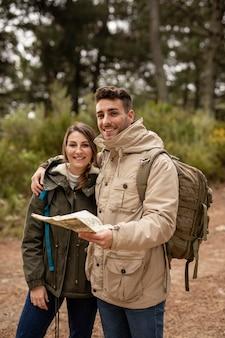 Пара средних размеров с картой и рюкзаками