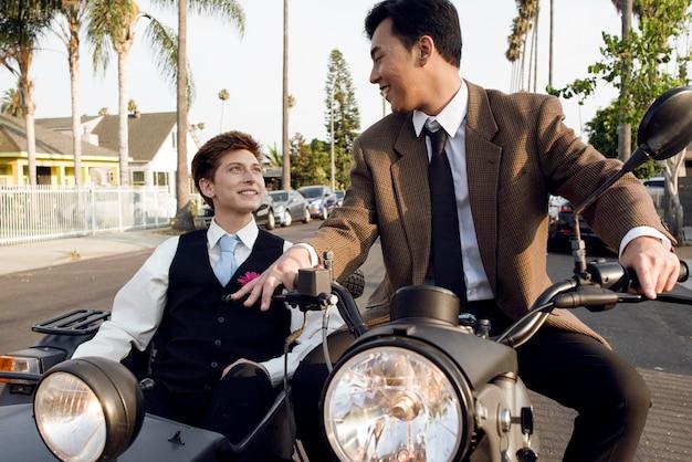 オートバイとミディアムショットのカップル