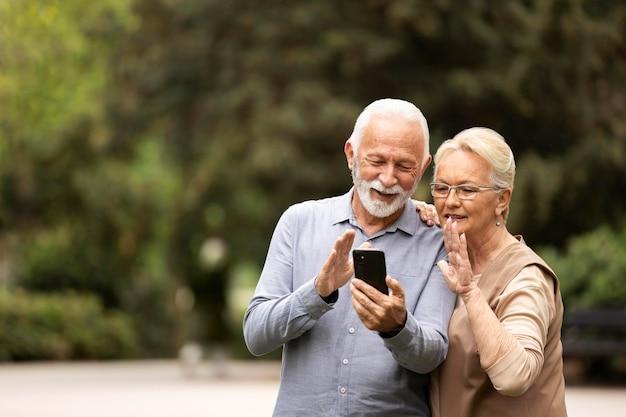 スマートフォンとミディアムショットのカップル