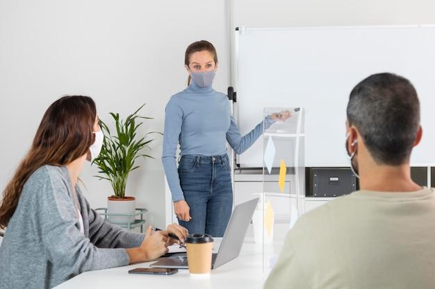 중간 샷 동료 회의