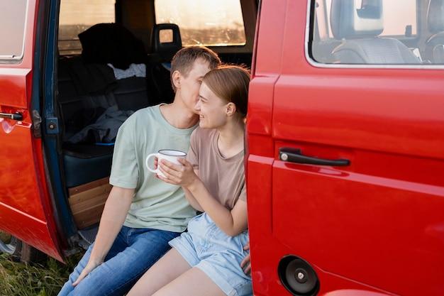 バンのミディアムショットかわいいカップル Premium写真