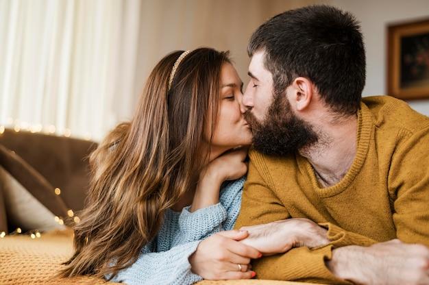 Средний снимок милая пара целуется