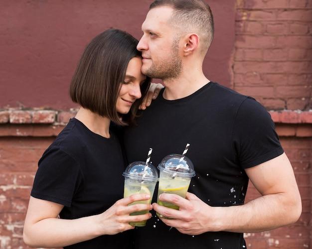 飲み物とミディアムショットのかわいいカップル