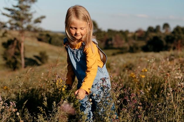 Милая девушка среднего размера на природе