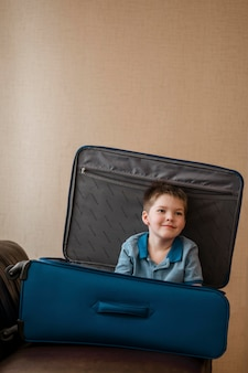 Средний снимок милый ребенок лежит в багаже