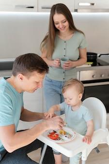 Средний выстрел папа кормит ребенка