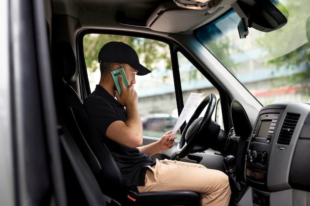 Средний доставщик выстрелов в машине