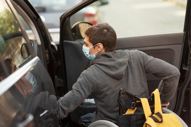マスクを身に着けているミディアムショット障害者男性