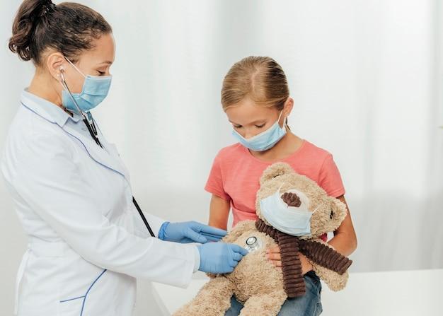 クマをチェックするミディアムショットの医者