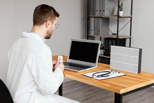 Medico di tiro medio alla scrivania