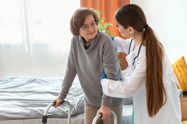 ミディアムショットの医者が女性を助ける