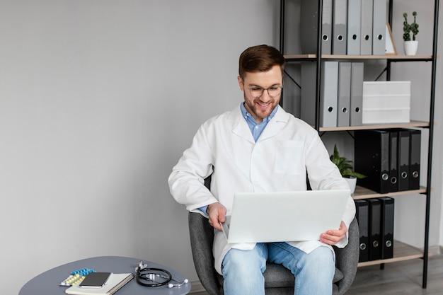 Computer portatile della holding del medico del colpo medio
