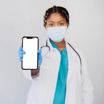 Средний выстрел врача, держащего смартфон