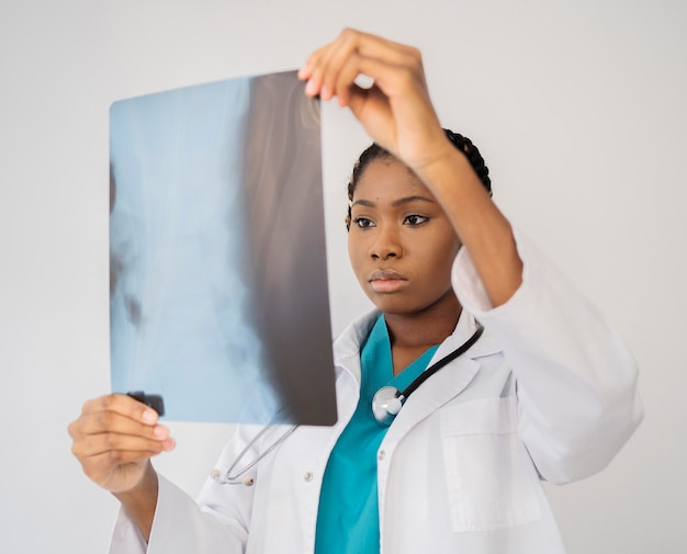 Врач среднего выстрела, глядя на рентгенографию