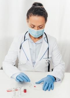 Medico del colpo medio che fa prova