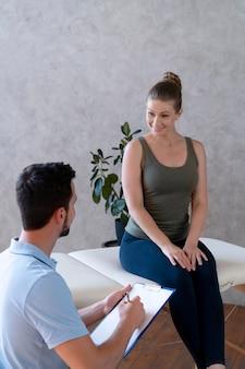 여자와 이야기 하는 중간 샷 의사