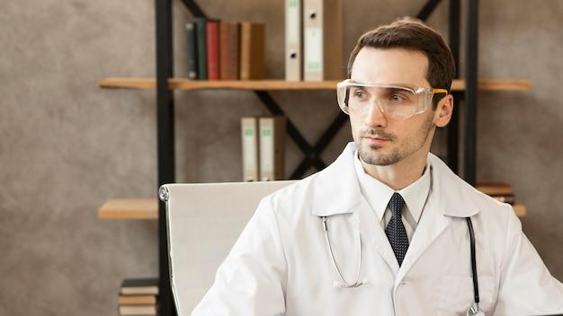 Доктор среднего выстрела в очках