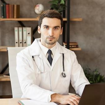 Medico di tiro medio indossando camice da laboratorio